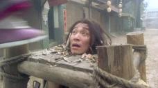 大哥游街示众就算了,还有一群人来追杀他,押送他的官兵吓到逃跑了
