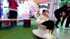 冯提莫户外玩转陀螺椅,真是个长不大的小孩,真是太可爱了!