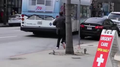 国外恶搞视频!长着三条腿的男子行走在大街上