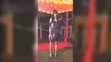 """28岁郑爽终于""""放开了"""",大胆挑战紫色亮片裙,化身暗夜精灵!"""