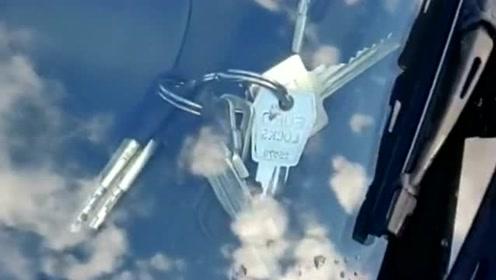 外国小哥把车钥匙落在车上了,要不是我看到了