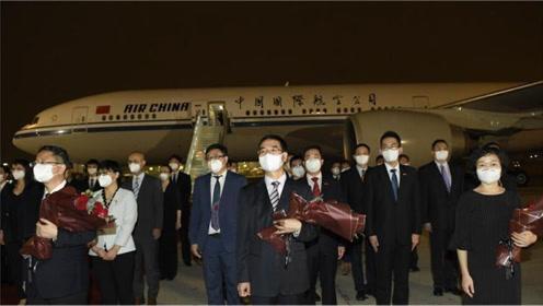 """包机抵达,""""外交战士""""顺利归国,王毅外长再"""