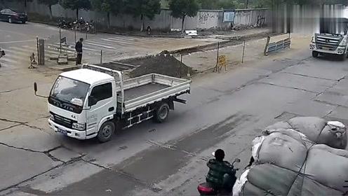 实拍:电动车男子被甩到车轮下,险被碾压,这是有多幸运才能躲过这一劫!