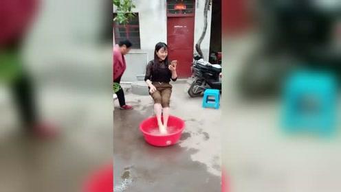美女洗脚,出现意外,直接用洗脚水洗头!