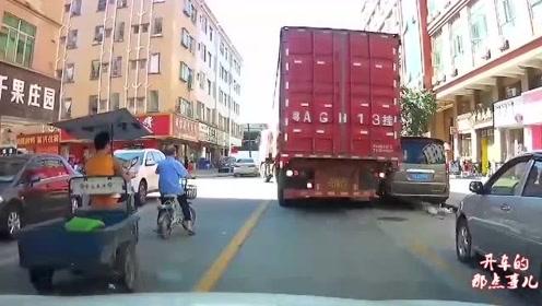 绿灯亮起电车大爷突然窜出,视频车师傅一脚油门,大爷遭殃了
