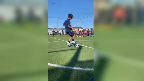 日本校园足球,小球员表演带球技巧,获得掌声