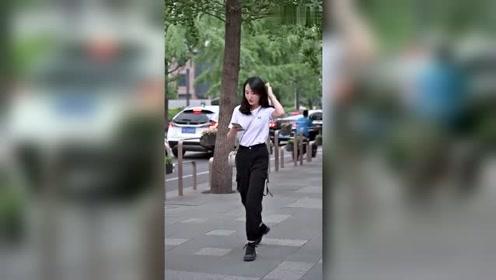 街拍偶遇一位酷酷的美女,抬头的一瞬间太有气质了