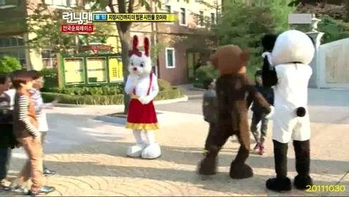 刘在石池石镇穿着玩偶服吸引小朋友,大叔们装