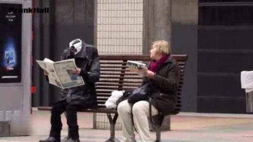 国外恶搞:地铁站现诡异无头男,跳舞很呆萌,