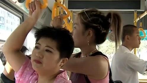 大姐在公交车上嫌弃农民工,美女恶搞大妈,真是太解恨了!