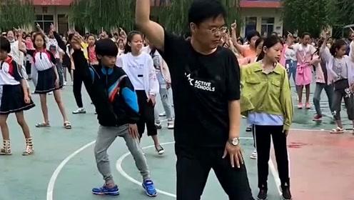 这就是我们学校新上任的校长,音乐一响起,节奏感不输广场舞大妈