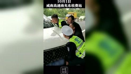 因看导航撞隔离石墩致石墩卡车底,高速交警和群众合力抬车施救