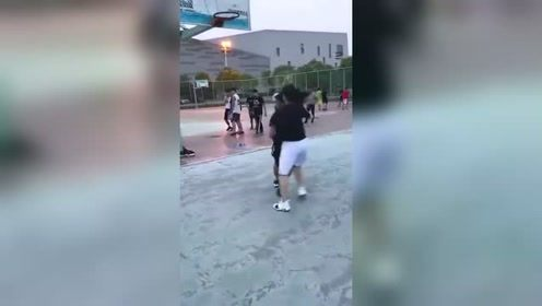 混体育的男生果然吃香,打个篮球都有小姐姐投怀送抱,以后不愁找对象!