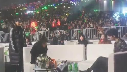 2019星光大赏,王一博、肖战台下热聊不断,旁边杨幂受冷落显尴尬