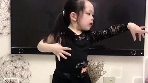 自信是迈向成功的第一步,这小表情才是亮点,小萌娃的拉丁舞你给打几分?