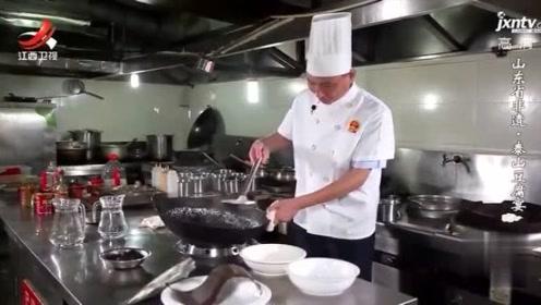 要切碎而不烂的豆腐丝,很看厨师的功力,做好的汤羹味道爽滑鲜美