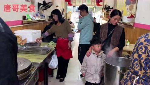 三口大锅煎锅贴饺5毛一个,老板娘漂亮锅贴做的好吃,生意火爆