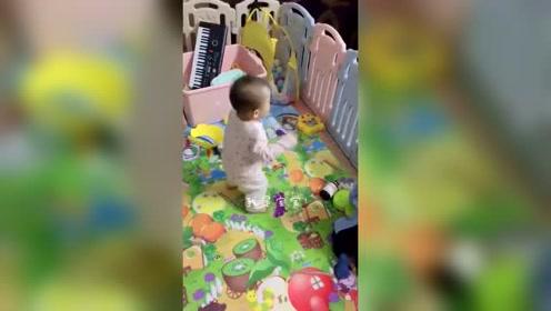 13个月的宝宝,乐感特别强,看到跳舞视频就会嗨到不行