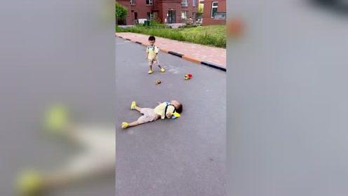 双胞胎弟弟摔倒后,没想到哥哥是这种反应,太搞笑了!