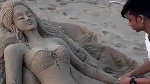 外国小哥在沙滩捏泥塑,他居然能将沙土捏成美女,真是高手在民间!
