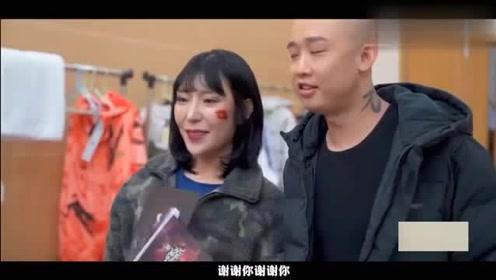 帝师邀请了从纽约来的女粉丝去后台见GAI,GAI的老婆也同框出镜!