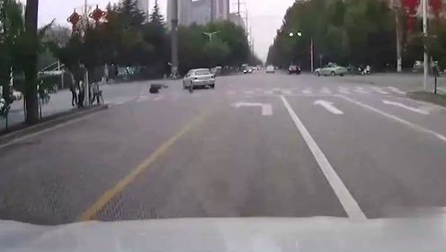 """""""眼镜男""""马路横行,视频车女司机疏于观察,二话不说直接撞"""