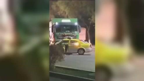 出租车调头与重型货车相撞,事故致3人当场死亡,现场一幕太揪心