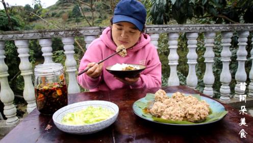 苗大姐吃肉圆上瘾,饭前挖地球,饭后和摄影师切磋球技