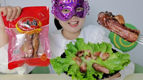 美食开箱:小姐姐吃脆皮五花肉,咬起来嘎吱响嚼起来肉更香
