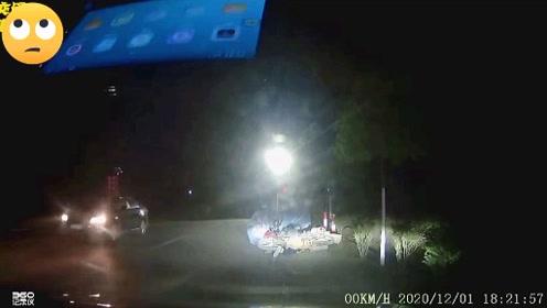 对面远光灯一闪而过,视频车撞了电瓶车