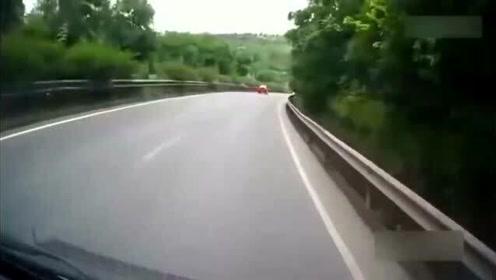 早已经看到转弯的大货车,视频车还是撞了上去,故意的