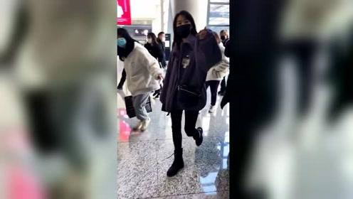 最新鲜的袁冰妍现身机场,这个紫色外套好好看!