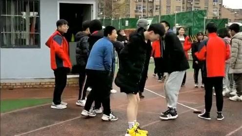 下午第一节是体育课,没想到一位男同学穿的这也太少了,像是穿了丝袜一样!