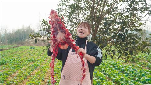 秋妹今天吃红烧牛蝎子,香辣可口软烂入味,直接用手抓着啃真带劲