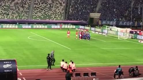 火药味来了!杨博宇争顶倒地引苏宁球员不满 奥拉罗尤场边非常激动