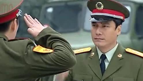 新師長突擊檢查部隊,亮明身份后,嚇得少校軍官連敬禮都不會了!