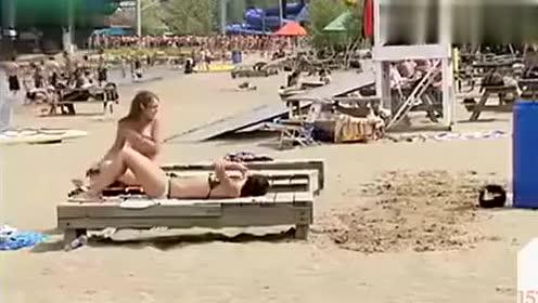 国外沙滩恶搞比基尼美女