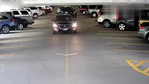 女司机碰上女司机 倒车撞上你了还不知道