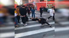 三个小伙过马路,把路人吓坏了!