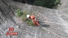 请文明出行!游客乱扔垃圾,景区环卫悬吊600米