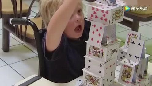 爆笑恶搞:小孩用扑克牌搭纸牌塔,路人一转身