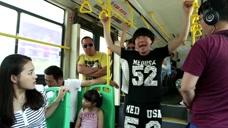 小姑娘慧眼啊,男子公交车上引体向上,小姑娘