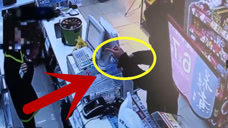小伙进店持刀抢劫,看店主如何与劫匪周旋,真是太霸气了