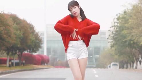 长腿美女马路上跳舞,这大长腿让人心动!