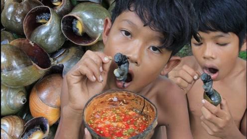 野外烹饪!农村俩兄弟烹饪蜗牛,简直是吃货的