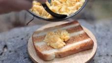 宿营早餐自己做煎蛋,搭配吐司美味又可口