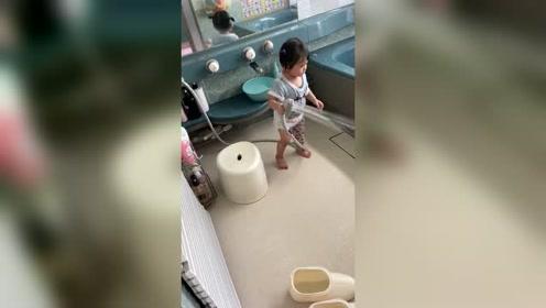 日本小朋友太可爱了,在浴室玩得好开心!