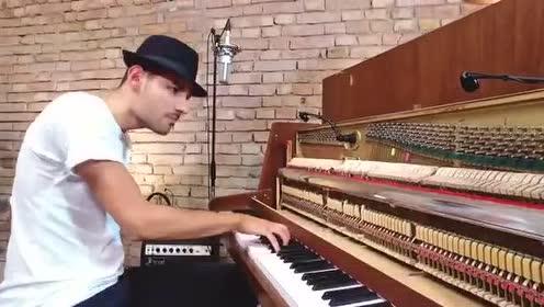 世界手速最快钢琴家演奏逆天神曲《Despacito》