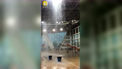南昌暴雨高校体育馆成水帘洞,宿舍积水能淹到大腿