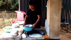小伙闲居深山,用6个鸡蛋1斤白菜炒粉吃,太会享受生活了